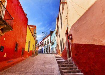 Ruelle colorée et arpentée de Guanajuato, Ville coloniale, Mexique