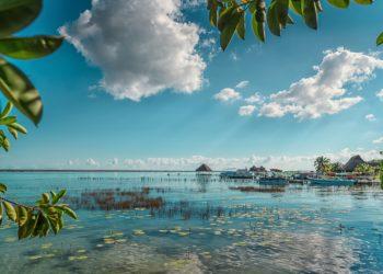 Lagune Bacalar Mexique, eau turquoise, Yucatan, bateau, kayak, paradisiaque
