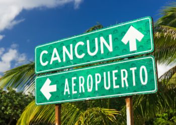 Panneau Cancun airport, direction aéroport et Cancun, Mexique