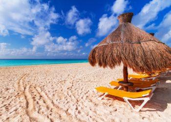 Plage de Playa del Carmen, transats, sable blancs, parasols en feuille de palmiers, Yucatan au Mexique